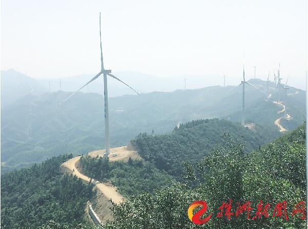 图为株洲市凤凰山风电场 记者 刘娟 摄 天然气利用比重将提高,到2020年,管道天然气县市覆盖率将达到100%。推进火电厂节能技术改造,提高机组发电效率,到2020年,全市将建成近259.4万千瓦规模的燃煤、燃气锅炉余热发电系统。 【试点3】 交通体系更智慧 通过发展公共交通系统,株洲市将力争到2020年公交占机动化出行分担率达50%以上。 株洲市将重点突出推广五大低碳智慧交通模式,推广慢行交通系统、智慧交通系统、低碳物流体系、低碳交通工具,拓展和完善城市路网骨架。到2020年,绿色公共交通车辆比